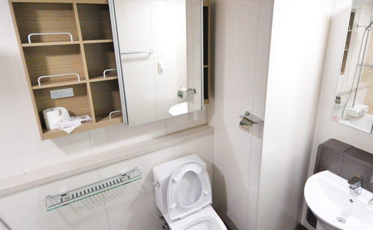 Połączenie minimalizmu i przytulności w łazience Image